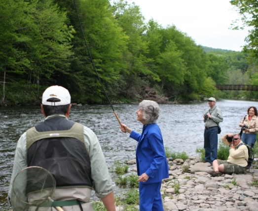 Joan Wulff getting a lesson in tenkara casting